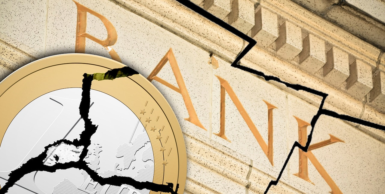 gebrochener Euro vor zerbrochener Bank